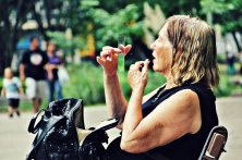Senhora retocando maquiagem na praça   SP   Elza Cohen
