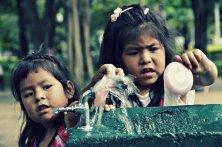 Crianças brincando com agua   SP   Elza Cohen