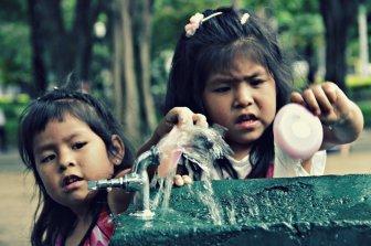 Crianças brincando com agua | SP | Elza Cohen