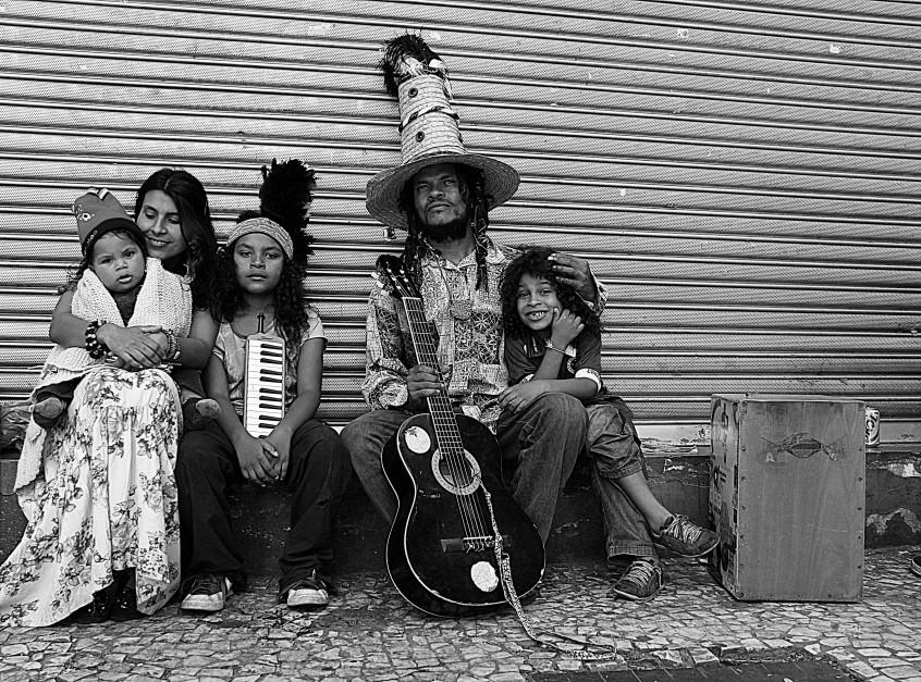 notas musicais na rua em troca de notas de dinheiro -  ph © Elza CohenIMG_5218