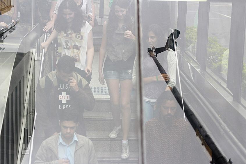 fluxo na escada rolante.  ph © Elza Cohen IMG_6221